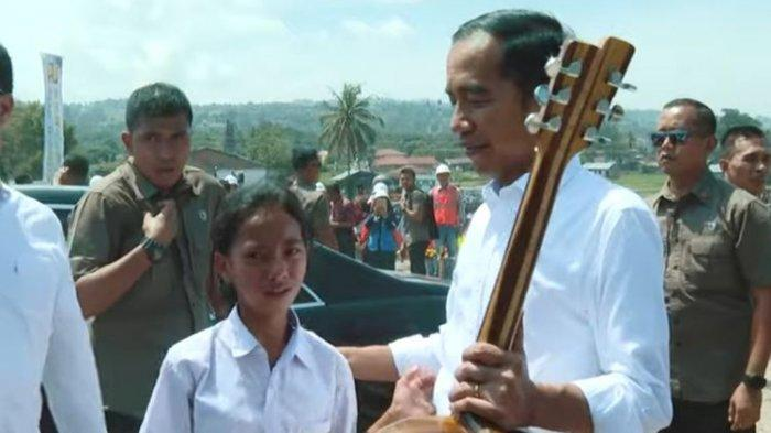 Cerita Siswi SMP di Samosir Tembus Paspampres, Beri Gitar Hasil Tangan Ayah ke Jokowi