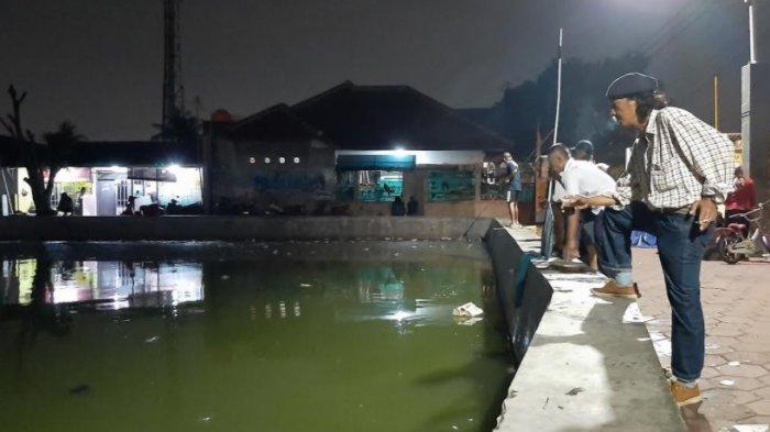 Air Situ Rawa Depok Naik, Warga Berebut Menyerok Ikan