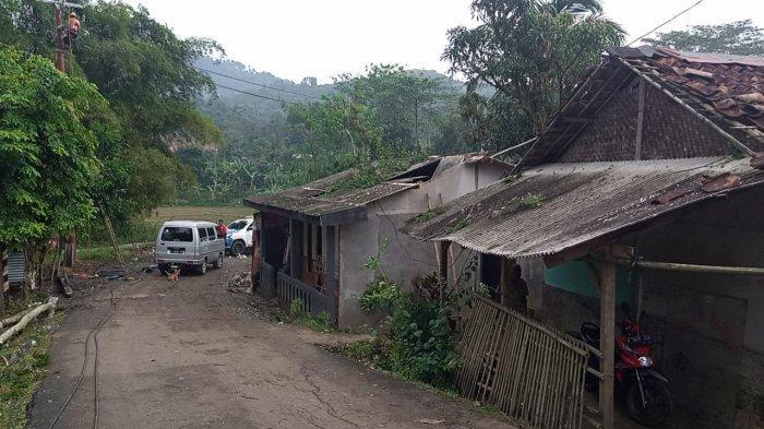 PLN ULP Leuwiliang Bogor Perbaiki Tiang Listrik Tumbang Usai Diterjang Angin Puting Beliung