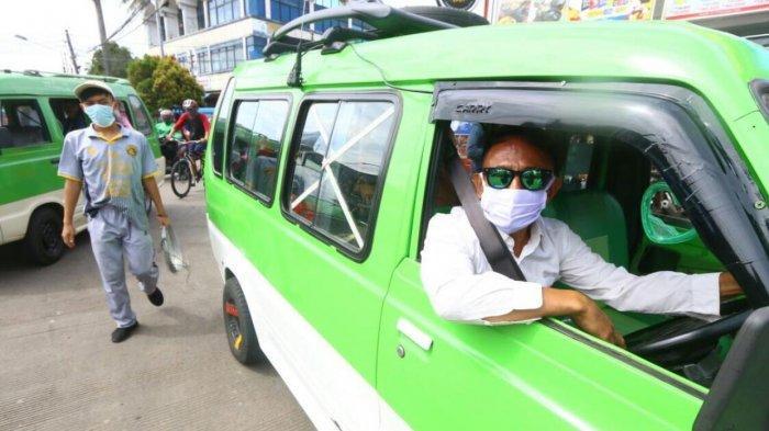 Sopir angkot di Kota Bogor ini punya penampilan nyentrik, Sabtu (26/12/2020).