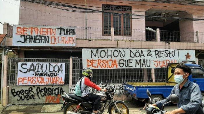 Jelang Final Leg Ke-2 Piala Menpora, Spanduk Dukungan untuk Persija Jakarta Mejeng Dipinggir Jalan
