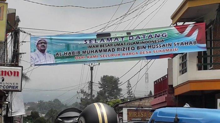 Spanduk menyambut pemimpin besar FPI, Habib Rizieq Shihab dipasang oleh warga di Kecamatan Megamendung, Kabupaten Bogor, Selasa (10/11/2020).
