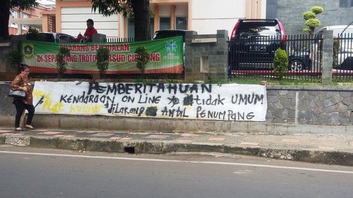 Tersiar Kabar Aksi Mogok Angkot di Bogor, Spanduk Larangan Ojek Online Sudah Terpasang di Cibinong