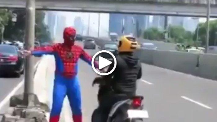 Aksi 'Spiderman' Hadang Pengendara Motor Jadi Viral, Sempat Dibilang Gila Oleh Pria Berhelm Kuning