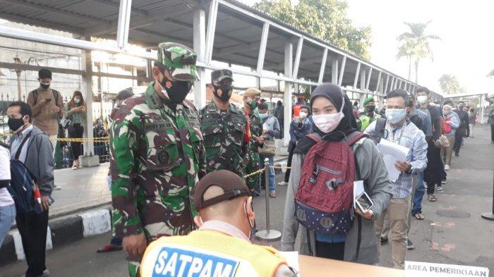 Mulai Hari Ini Penumpang Wajib Tunjukkan Surat Pekerja, Antrean Mengular di Stasiun Bogor