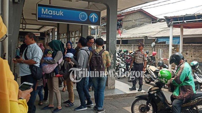 Terdengar Teriakan Anak STM di Stasiun Depok, Polisi Berjaga di Depan Pintu Masuk Stasiun