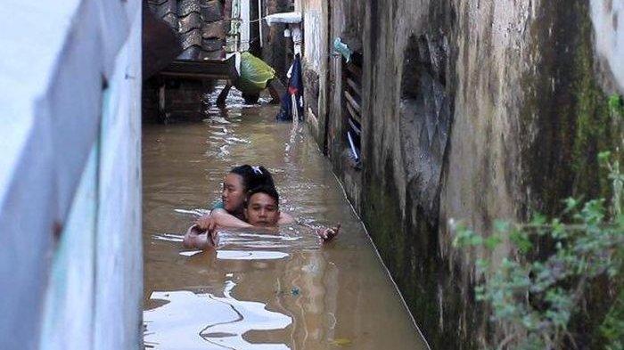 Cerita Suami Gendong Istri Hamil 8 Bulan Terjang Banjir Seleher: Sempat Naik Perahu Lalu Renang Lagi