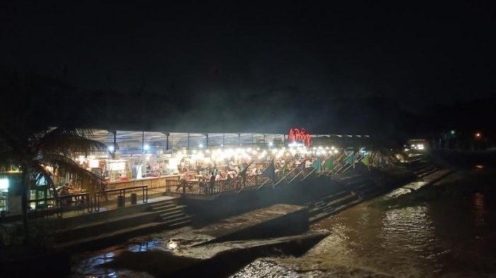 Suasana Ah Poong Sentul saat malam