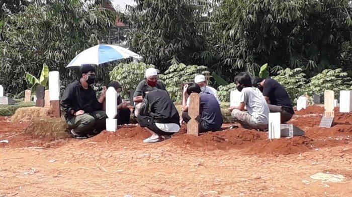 Suasana di Area Pemakaman Covid-19 TPU Pondok Rejeg Bogor, Ramai Peziarah dan Dijaga Aparat