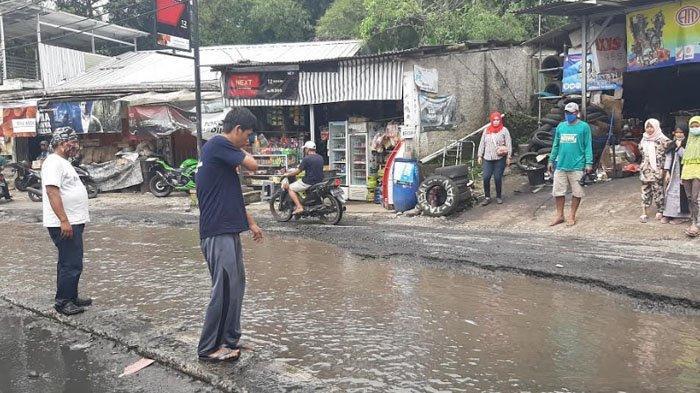 Jalan Rusak Tak Kunjung Diperbaiki, Warga Tamansari Keluhkan Warungnya Sering Kemasukan Air