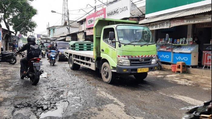 Gara-gara Jalan Rusak Tak Kunjung Diperbaiki Pemkab Bogor, Lurah Pabuaran Kerap Dapat Cacian Warga