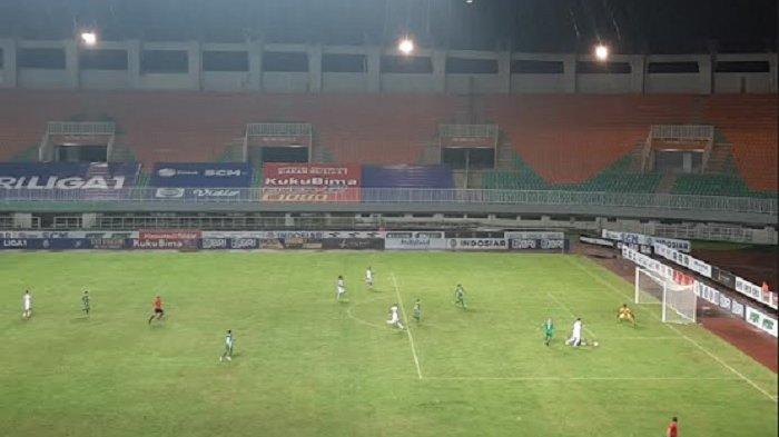 Bertanding di Bawah Guyuran Hujan, PSS Sleman Taklukkan Arema FC 2-1 di Stadion Pakansari
