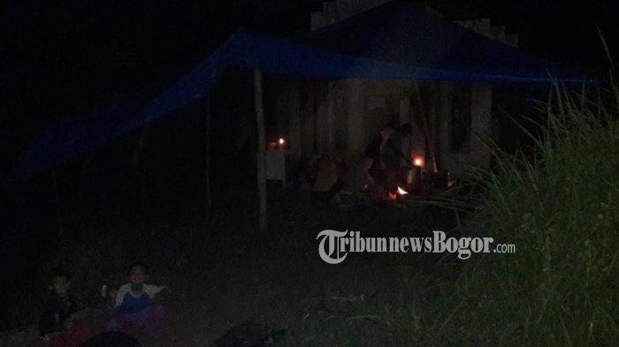 Tanpa Listrik, Begini Suasana Pengungsian Korban Longsor di Desa Harkatjaya Bogor