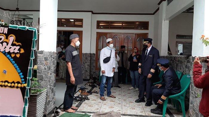 Rekan sesama pilot hadir di rumah duka sambut jenazah Captain Afwan