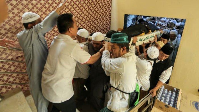 Video Viral Habib Rizieq Shihab Hadiri Pemakaman Mbah Moen, Baca Doa Menantunya Angkat Jenazah