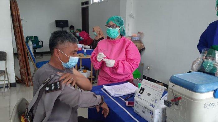 Cerita Unik Nakes saat Vaksinasi TNI dan Polri : Ada yang Menjerit Sampai Pegang Telinga