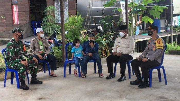 Suasana video call Arga dengan Presiden RI Jokowi, di Tenggarong Kutai Kartanegara. Dalam video call itu Jokowi menanyakan kirimannya apakah sudah diterima atau belum. Jokowi mengirim uang sejumlah Rp 25 juta kepada Arga.