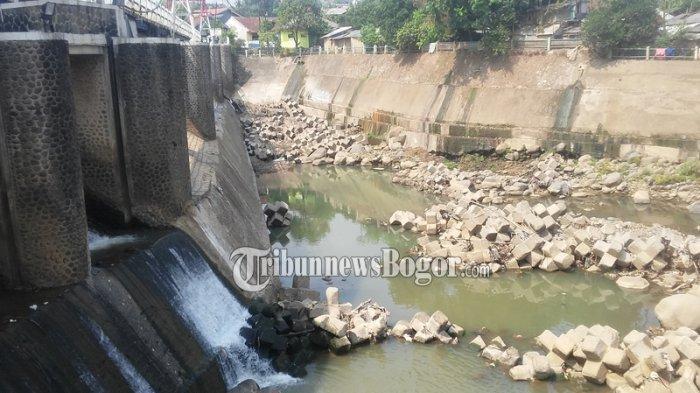 Musim Kemarau Debit Air Sungai Ciliwung Menyusut, Seperti Ini Penampakannya