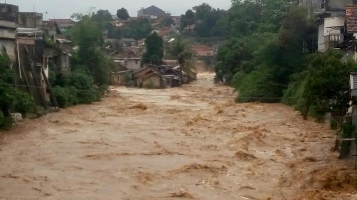 FOTO -- Sungai Semakin Dangkal, Pos Kamling Hadang Derasnya Sungai Cisadane Bogor
