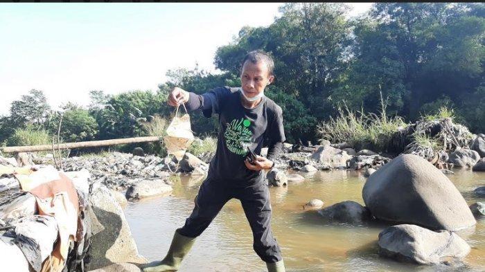Bersihkan Sampah di Aliran Kali Ciliwung, Komunitas Peduli Ciliwung Sampai Geleng-geleng Kepala
