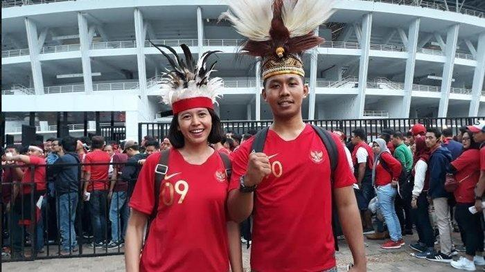 Menolak Kalah dari malaysia, Suporter Timnas Indonesia Datang Gunakan Kostum Daerah