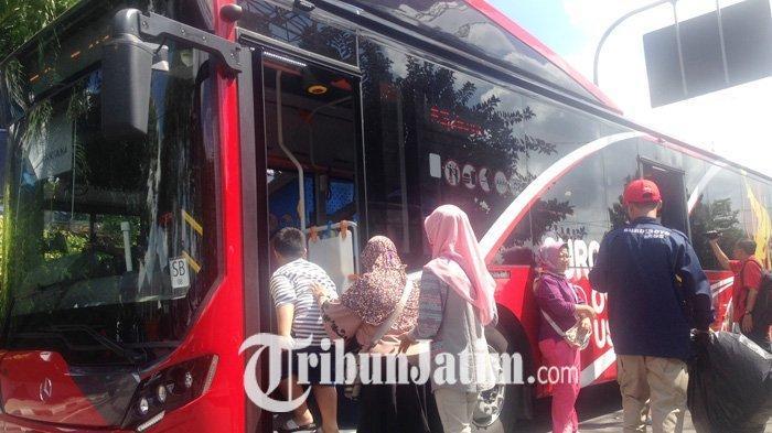 Cukup Bawa Botol Plastik Kosong, Anda Bisa Berkeliling Kota Surabaya Pakai Bus Ini