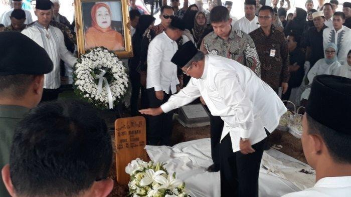 Berdiri di Depan Makam Eyang Siti Habibah, SBY dan AHY Berikan Hormat Militer