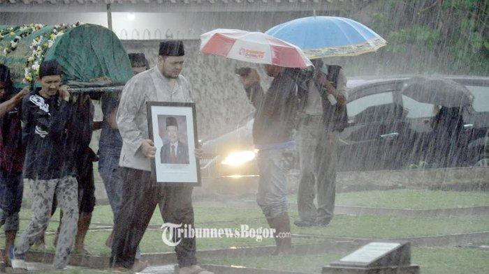 Dibawah Guyuran Hujan Deras, Keluarga Tangisi Kepergian Sutan Untuk Selamanya