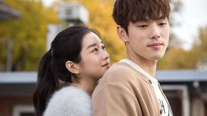 Seo Ye Ji dan Kim Jung Hyun menjadi pemeran utama dalam film berjudul Stay With Me yang tayang 2018.