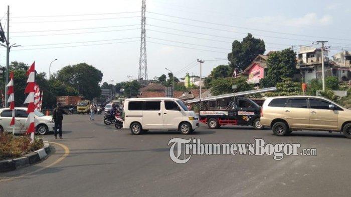 Traffic Light Simpang Tol BORR Mati Karena Listrik Padam, Pengamen Gantikan Tugas Polisi & Dishub