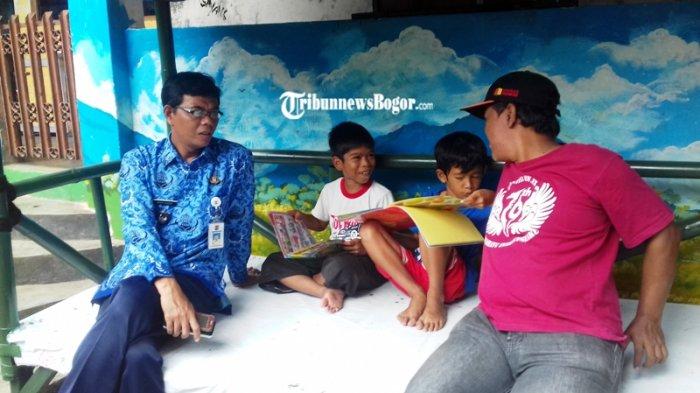 Anak Kecil di Kampung Ini Punya Hobi Baru, Sampai Rela Duduk Lama Usai Pulang Sekolah