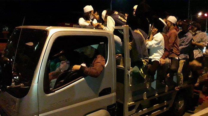 Meski sudah dilarang, sejumlah rombongan pemuda di kawasan Puncak Bogor tetap melaksanakan takbir keliling di malam Lebaran Idul Fitri 1442, Rabu (12/5/2021) malam.