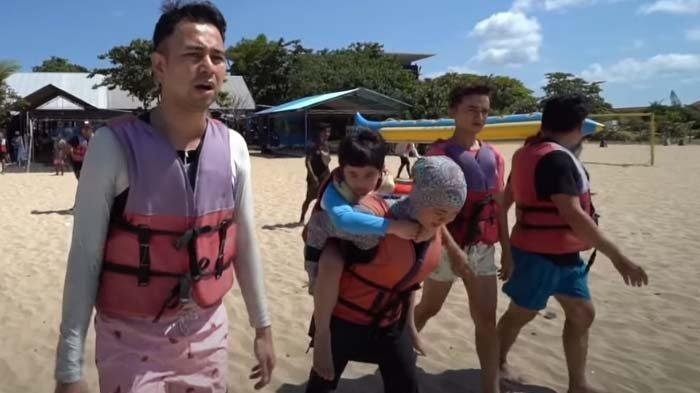 Temani Rafathar ke Pantai, Raffi Ahmad Ngaku Kepanasan, Komat-kamit Baca Doa Ini : Aduh Makin Gosong