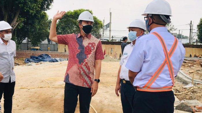 Wakil Wali Kota Bogor, Dedie A Rachim tembok pemisah yang berdiri di antara Alun - alun Kota Bogor dan Stasiun Bogor dibongkar, Jumat (13/8/2021).