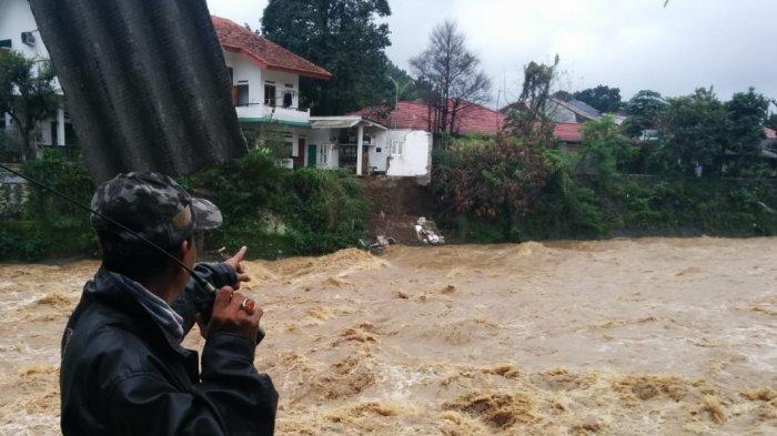 Curah Hujan Tinggi, Pagar Rumah Warga di Bantaran Sungai Ciliwung Ambruk