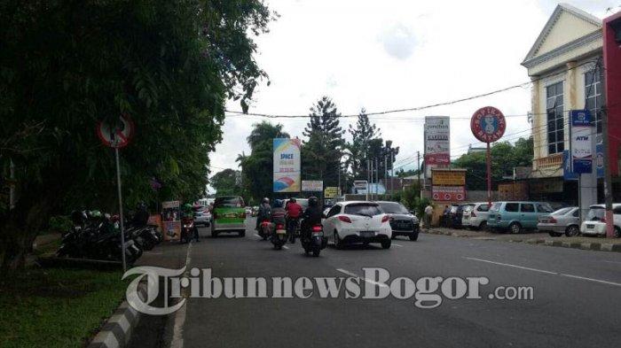 Tempat Berhenti Angkot Di Jalan Sudirman Dikuasai Pengendara Motor