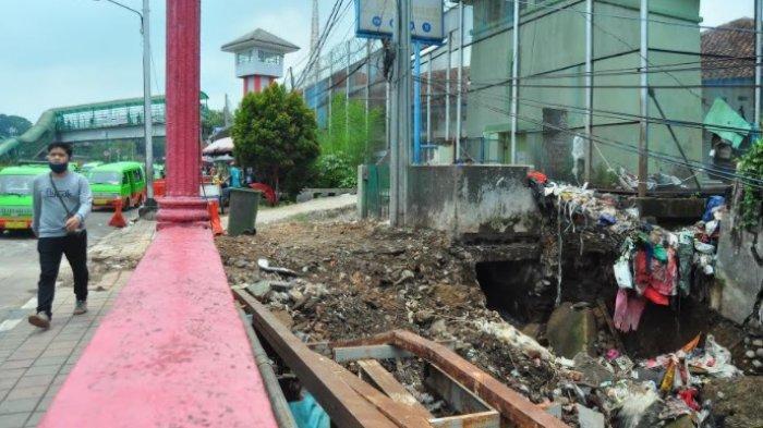 Tembok TPS di Jembatan Merah Longsor, Tempat Pembuangan Sampah Dibongkar