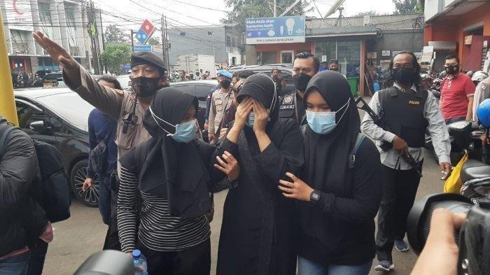 Terduga Teroris di Condet Berontak saat Ditangkap, Wanita Berbaju Hitam : Saya Enggak Mau Dibawa !