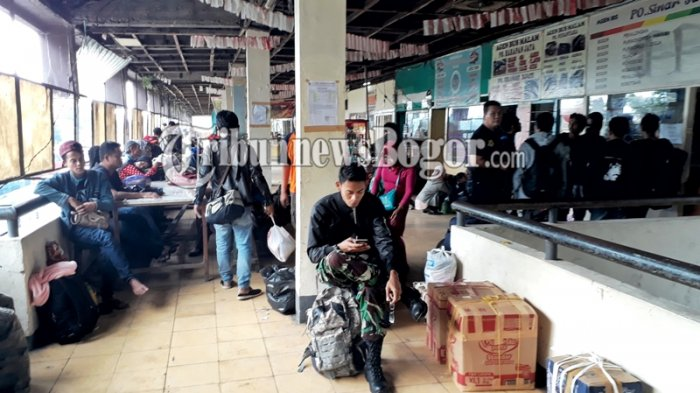 Tak Mau Kena Macet, Pemudik Asal Bogor Gelar Tikar di Terminal Baranangsiang