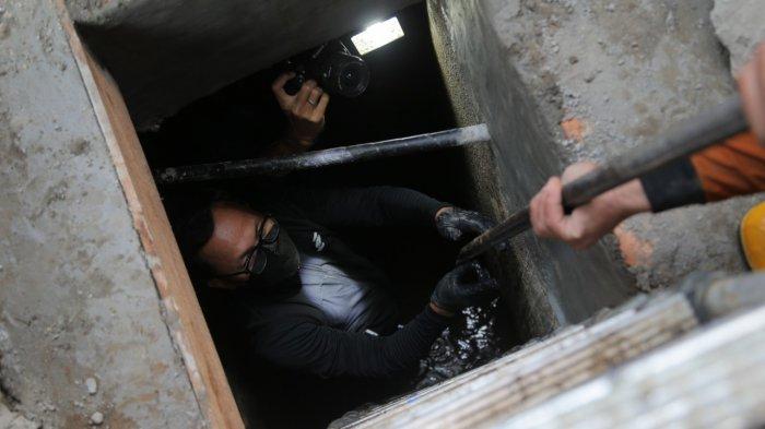 Wali Kota Bogor, Bima Arya mengungkap temuan terowongan kuno di bawah saluran air atau drainase di sekitaran Jalan Nyi Raja Permas, Kecamatan Bogor Tengah, Kota Bogor.