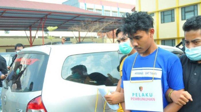 Tersangka MRI (21) pelaku pembunuhan 2 perempuan muda di Bogor menunjukan wajah tenang saat digiring petugas di Mapolres Bogo, Kamis (11/3/2021).