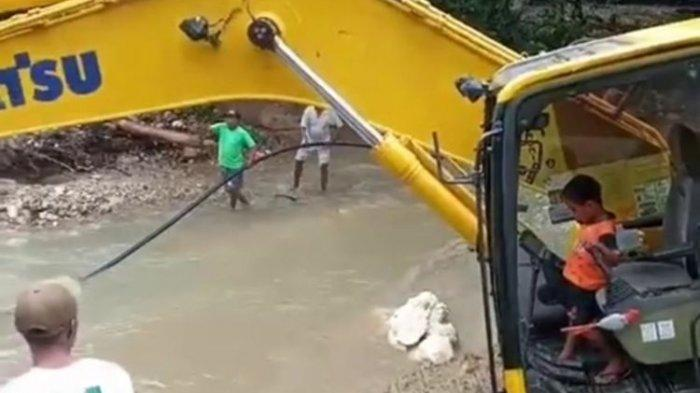 Aksi Theo Bocah 5 Tahun Bantu Warga Pascabanjir Ambon, Operasikan Eskavator Keruk Sungai
