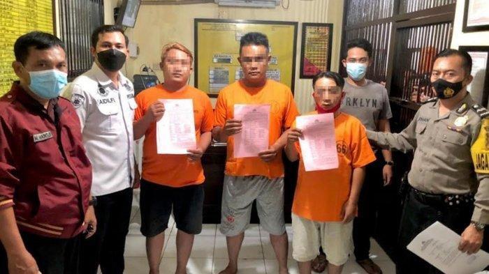 Tiga tersangka sebelum dimasukkan ruang tahanan Mapolres Tulungagung.