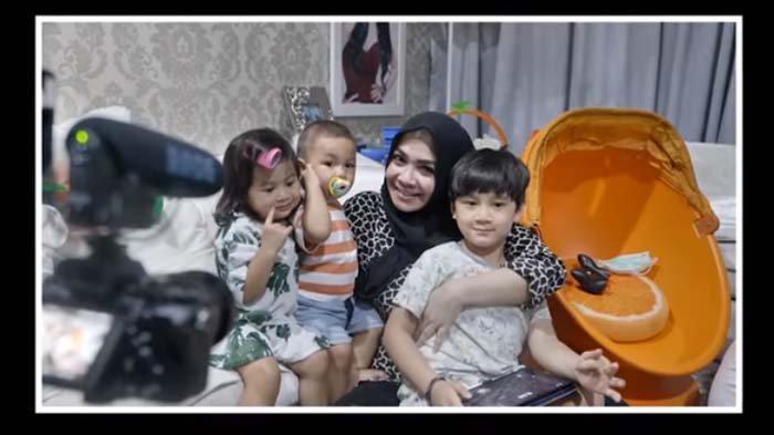 Patuh Ikuti Perintah Mama Rieta, Rafathar Tak Berkutik saat Disuruh Pangku Kiano : Berat Banget !