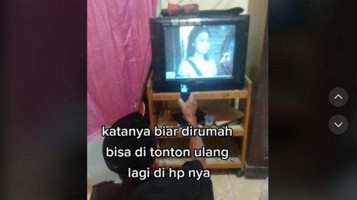 Viral Video Pria Nonton TV Sambil Direkam Pakai HP Jadul, Ternyata Begini Keadaan Sebenarnya