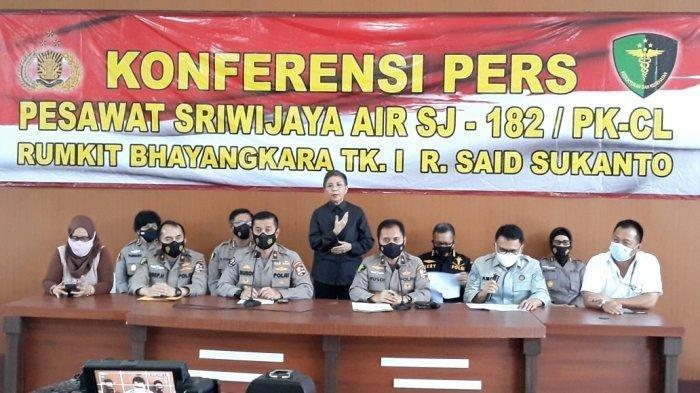 Kapusdokkes Polri Brigjen Ruadianto (tengah) saat memberi keterangan di RS Polri Kramat Jati, Jakarta Timur, Selasa (2/3/2021). Tim Disaster Victim Identification (DVI) resmi menghentikan proses identifikasi korban Sriwijaya Air SJ 182.