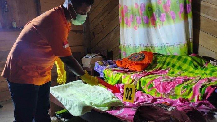 Tim identifikasi Satreskrim Polres Aceh Timur, melakukan identifikasi dan olah TKP, lokasi penemuan dua mayat wanita di sebuah rumah di Dusun Jati, Desa Simpang Jernih, Kecamatan Simpang Jernih, Aceh Timur, Senin (15/2/2021).