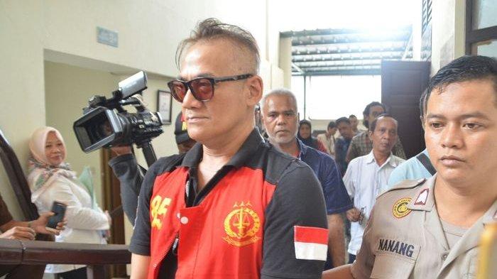 Tio Pakusadewo Resmi Bebas dari Penjara, Dijemput Anaknya di LP Cipinang