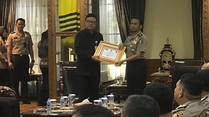 Mendagri Beri Penghargaan ke 22 Anggota Polri yang Gugur Saat Bertugas di Pemilu 2019