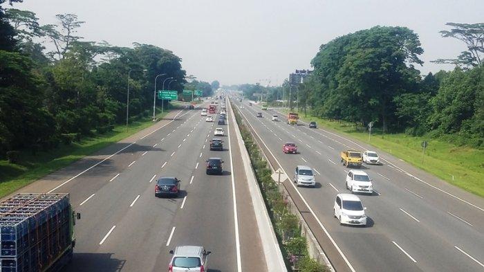 Tol Jagorawi Arah Jakarta Padat Di Jalur Pemisah Pasar Rebo